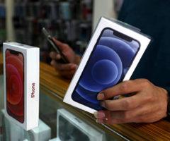 Apple заставят класть зарядник вкоробку сiPhone