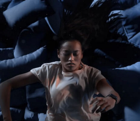 Сны, футуризм иокеан: пользователей напугала сюрреалистичная реклама Apple Watch 6