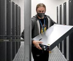 Каквмире противостоят огромным технологическим компаниям, захватившим контроль надпользователями
