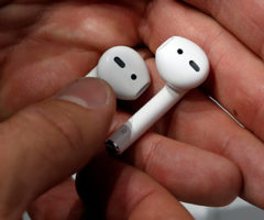 Apple засудят заAirPods